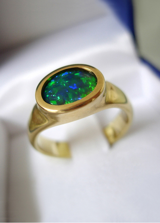Ovaler Opalring, Opal-Cabochon, 18k Gelbgold